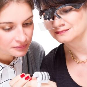 Lunettes grossissantes avec deux LED et jeu de 5 lentilles différentes, bandeau de tête amovible et piles